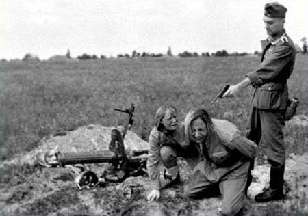 Câini Dresați Să Ucidă Evrei în Apă
