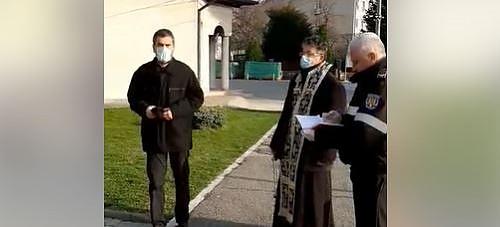 Autoritătile în actiune în incinta unei biserici
