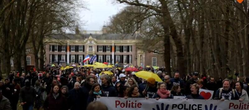 Polițiștii demonstrează în Olanda împotriva terorismului Covid-19