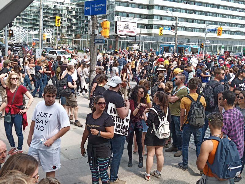 Proteste masive în Toronto împotriva măsurilor care restrâng drepturile și libertătile cetățenești