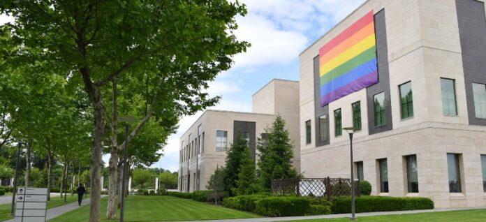 SFIDARE la adresa României! Ambasada SUA de la București afișează steagul gay într-o țară majoritar ortodoxă