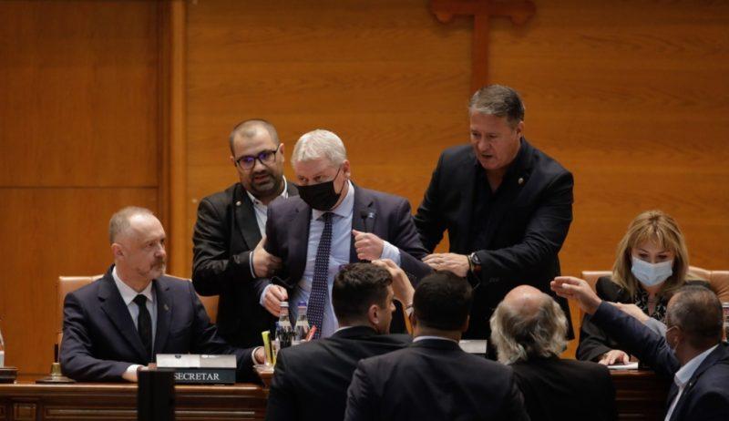 Florin Roman (PNL) înlăturat fizic după ce a confiscat microfonul și a refuzat să îi dea cuvântul șefei Senatului